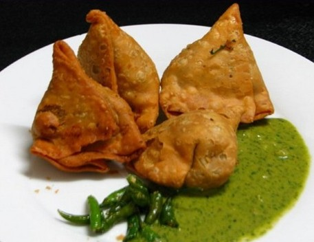 Samosa-with-Green-Chutni